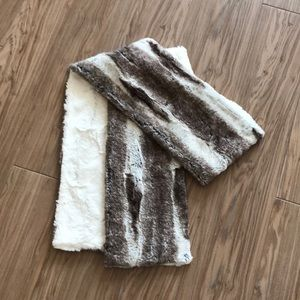 Faux fur scarf white and tan pandemonium Seattle
